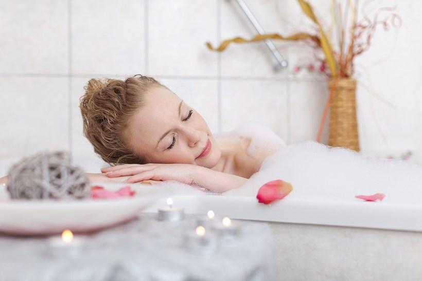 duschen oder baden was ist besser wellnissimo. Black Bedroom Furniture Sets. Home Design Ideas